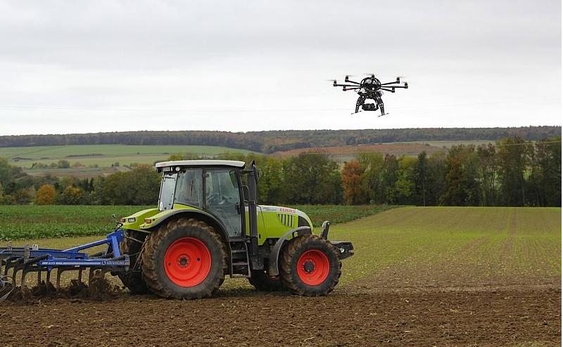 Dron in traktor